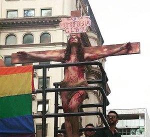 Modelo transexual vestida como Jesus crucificado gerou discussões
